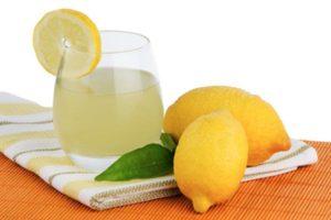 Вода с лимоном натощак: польза и вред